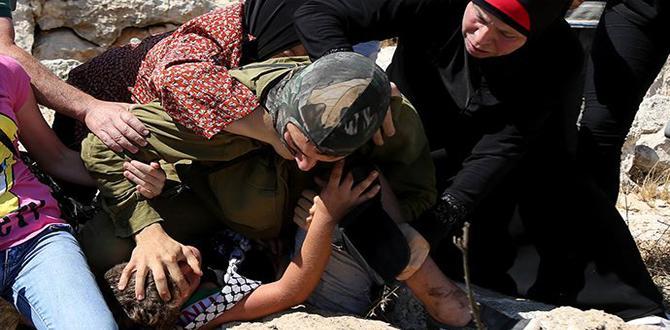 İsrail askerinden kolu kırık Filistinli çocuğa işkence