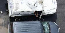 Polis, polis aracının camını kırıp silahı aldı
