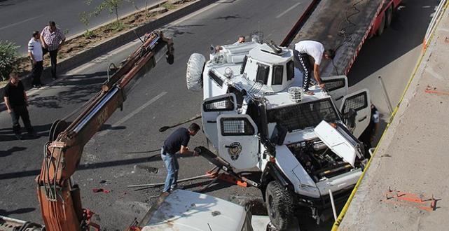 Polisleri taşıyan zırhlı araç devrildi