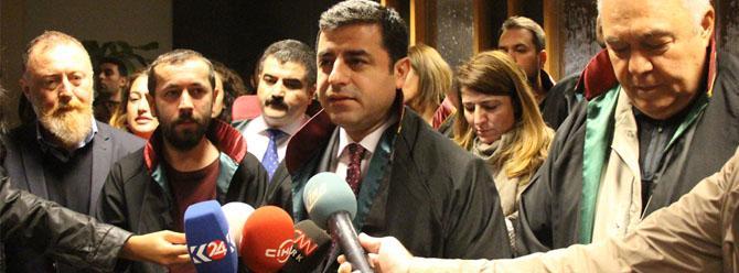 Demirtaş'tan Çağlayan Adliyesi'ndeki avukatlara destek ziyareti