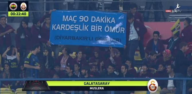 Diyarbakırlı gençler'den Derbi maçında anlamlı pankart