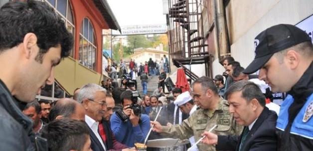 Hakkari'de asker ve polis aşure dağıttı