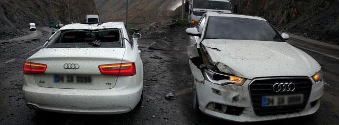 Hakkari'de seyir halindeki otomobilin üzerine kaya düştü!