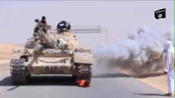 isid-militanlari-suriyeli-askeri-tankla-ezdi!1