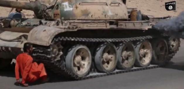 IŞİD, Suriye askerini tankla ezdi geçti