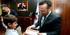 Vali Aksoy, Bayrağı Öperek Asan Öğrencileri Kabul Etti