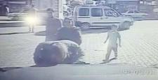 Zırhlı aracı öpen vatandaş kameraya yansıdı