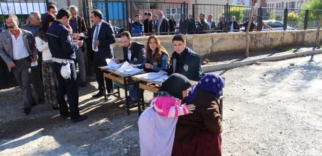 Okul bahçesinde polis gözetiminde oy kullandılar