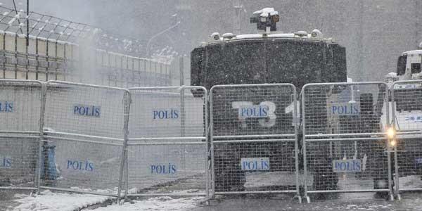 Diyarbakır'da polislere el yapımı patlayıcı atıldı, 3 polis yaralandı