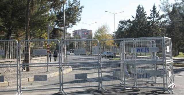 Diyarbakır yine Karıştı ! Valilik Ablukaya Alındı