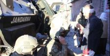 Sur'da Güvenlik Güçlerinin Vatandaşlara Yardımı Sürüyor