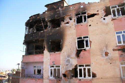 Diyarbakir'in Sur ilcesinde gecen hafta Carsamba gununden beri uygulanan sokaga cikma yasagi gece yarisi kaldirildi. Sabah saatlerinde uc ayri guvenlik noktasindan gecerek evlerine ulasan vatandaslar ilceden goc etmeye basladi.