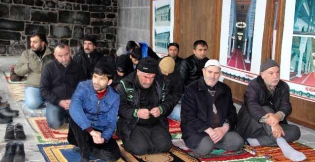 1 Ay aradan sonra Ulu camii'de ilk cuma namazı kılındı