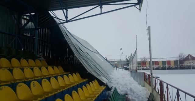 Amedspor'un tribün sundurması yoğun kar'dan çöktü