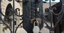 Çatışmalar, 850 Yıllık Caminin Kapısına Kilit Vurdurdu