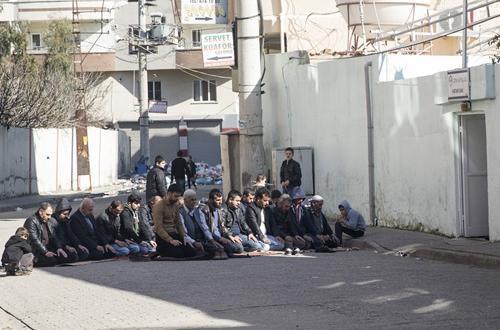 Cizre'de 'Cuma Namazı' sokakta kılındı