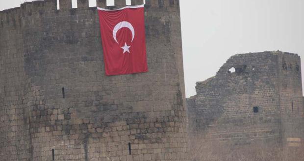 Diyarbakır'da Keçi Burcu'na dev bayrak asıldı