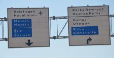 Diyarbakır'da trafik levhaları da Kürtçe oldu