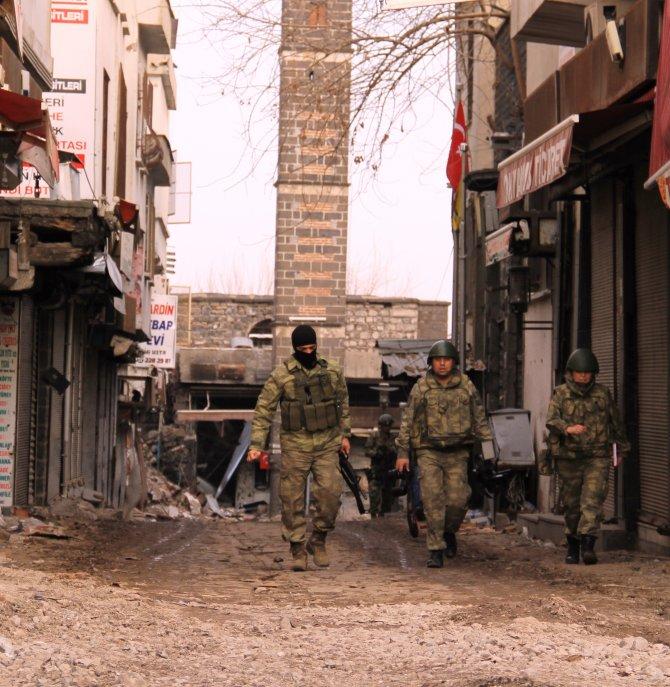 diyarbakir-valiliginin-sur-ilcesindeki-vatandaslarin-catisma-bolgesinden-001