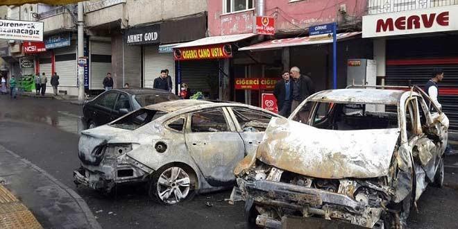 Bağlar'da onlarca araba yanarak kül oldu