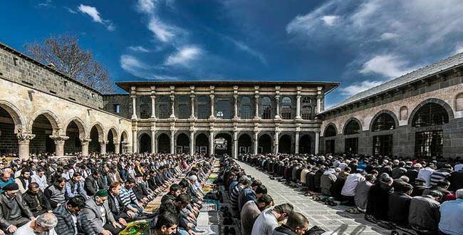 Tarihi Ulu Camii bayram namazında doldu taştı