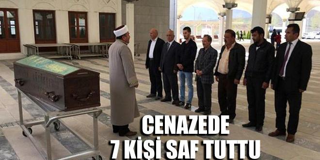 Cenaze namazında yalnızca 7 kişi saf tuttu