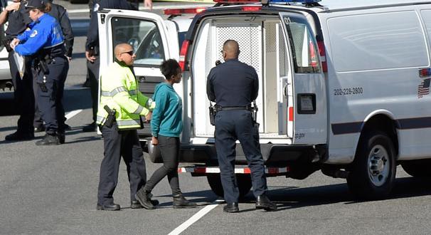 Aracını polislerin üzerine sürdü