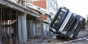 Beton pompası işçinin üstüne düştü
